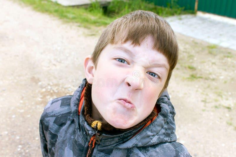 Ein Porträt des unbefriedigten Jungen, Gesichtsausdruck lizenzfreie stockbilder