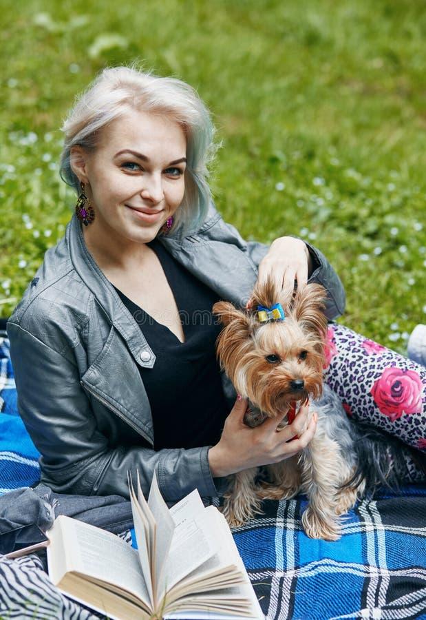 Ein Porträt einer jungen Frau mit einem kleinen Hund stockbilder