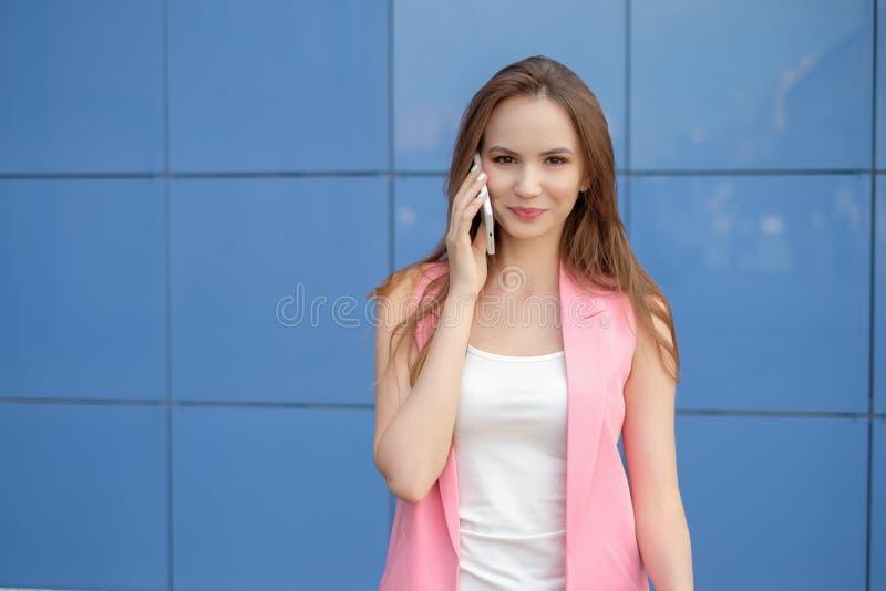Ein Porträt einer lächelnden Schönheit, die am Telefon spricht lizenzfreie stockfotografie