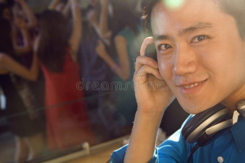 Ein Porträt von einem DJ im Nachtklub stockfotografie