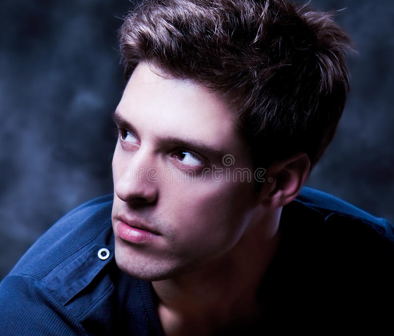 Ein Portrait über einen modischen attraktiven Kerl stockfotografie
