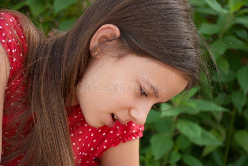 Ein Portrait eines Mädchens, das unten schaut lizenzfreie stockbilder