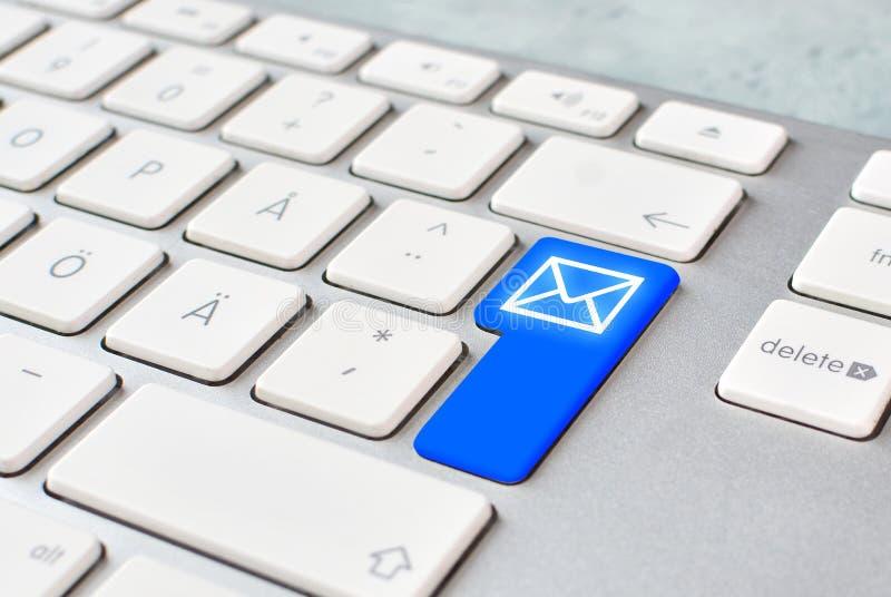 Ein Postmitteilungskonzept mit Computertastatur und E-Mail-Knopf erhalten oder sendend stockfotografie