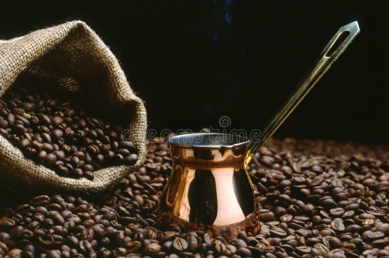 Ein Potenziometer des türkischen Kaffees mit Bohnen stockfoto