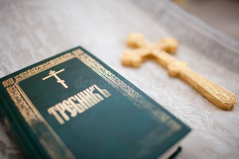 Ein Priester hält ein Kreuz lizenzfreies stockbild