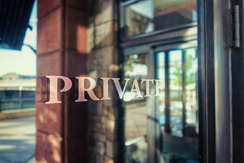 Ein privater Eintritt zu einem geheimen Büro lizenzfreies stockfoto