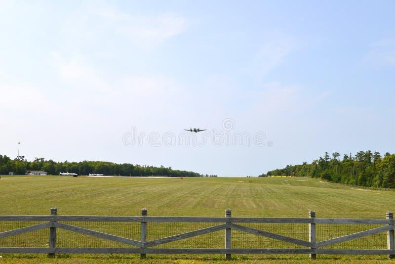 Ein Privatflugzeug steigt vom Mackinac-Inselflughafen lizenzfreies stockfoto
