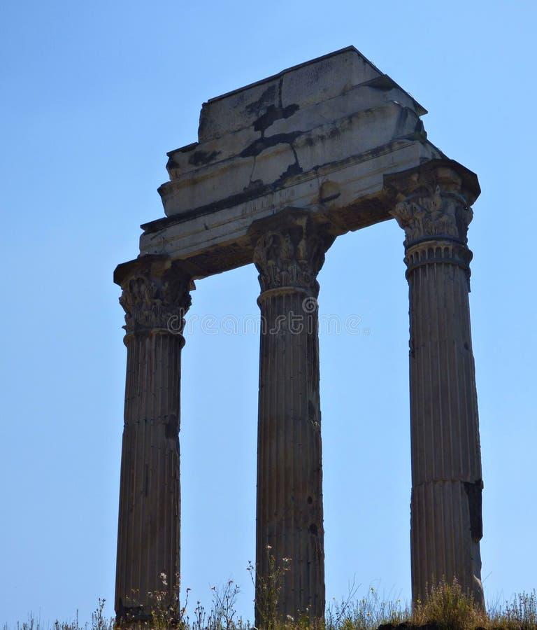 Ein römisches clumn mit einem Hintergrund des blauen Himmels lizenzfreies stockfoto