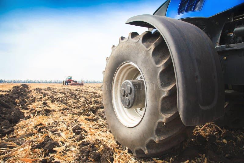 Ein Rad von einem Traktor, der oben im Feldabschluß arbeitet Das Konzept der Landwirtschaft lizenzfreie stockbilder