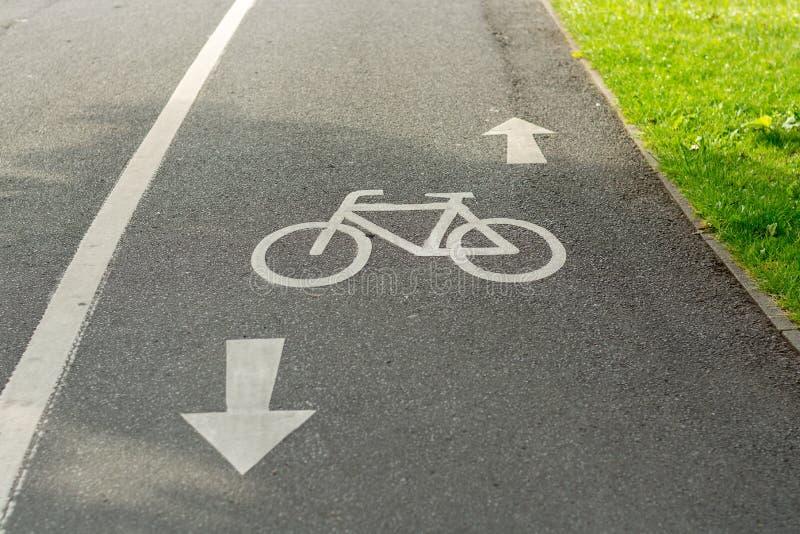 Ein Radfahrenwegzeichen aus den Grund lizenzfreie stockfotografie