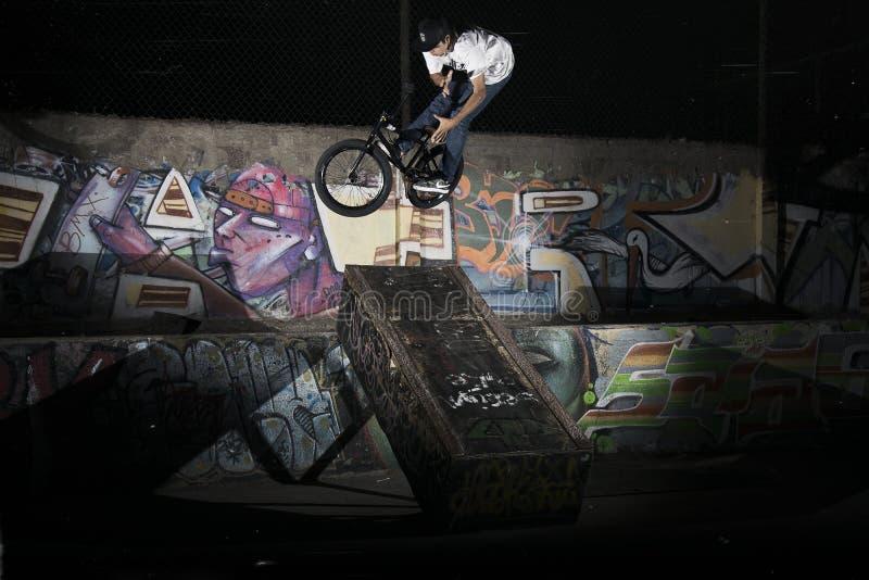 Ein Radfahrer barspin auf Kastentapete stockfoto
