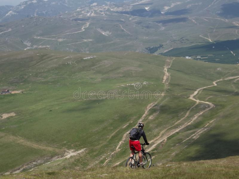 Ein Radfahrer, der die Gefahren der Karpatenberge herausfordert stockbilder