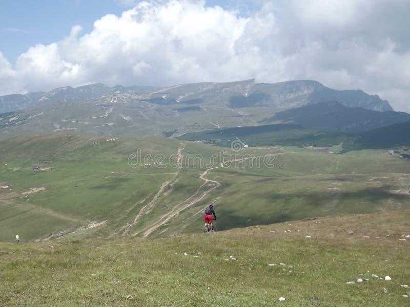 Ein Radfahrer, der die Gefahren der Karpatenberge herausfordert lizenzfreie stockfotos