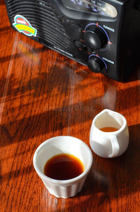 Ein Radio ein Tasse Kaffee und ein Topf huney stockbilder