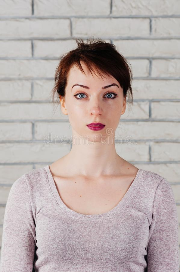 Ein recht kaukasisches Mädchen mit überraschtem Gesicht lizenzfreies stockfoto