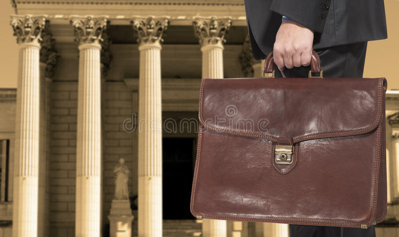 Ein Rechtsanwalt mit einem Aktenkoffer lizenzfreie stockfotos