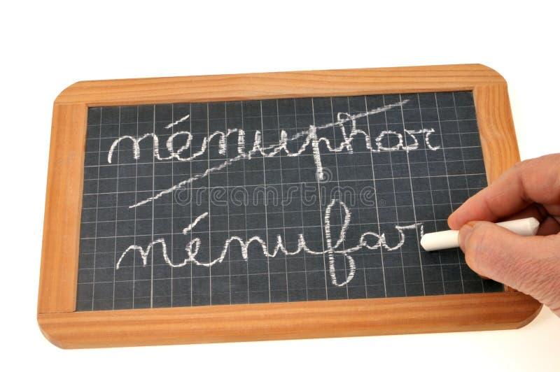 Ein Rechtschreibfehler auf Französisch korrigiert auf einem Schulschiefer vektor abbildung