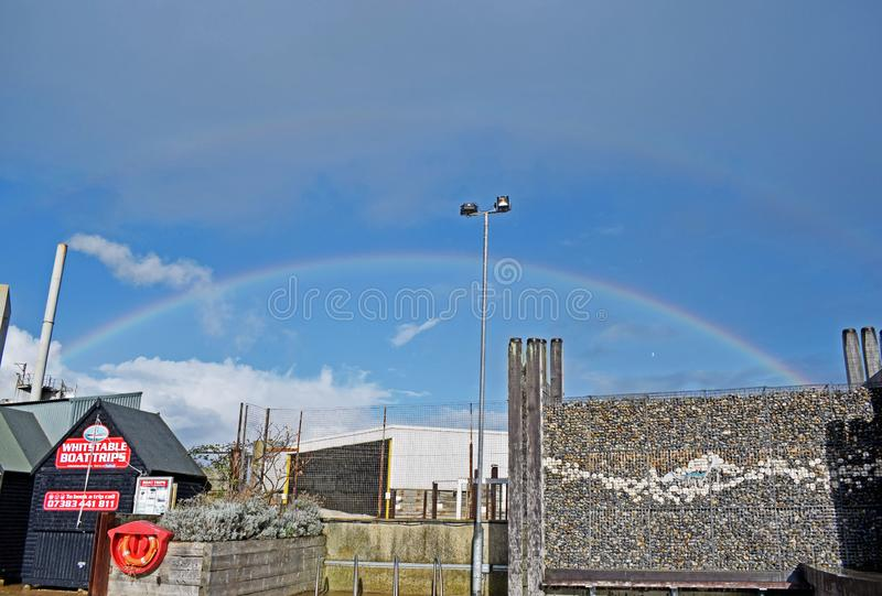 Ein Regenbogen über dem Himmel in Kent England stockfoto