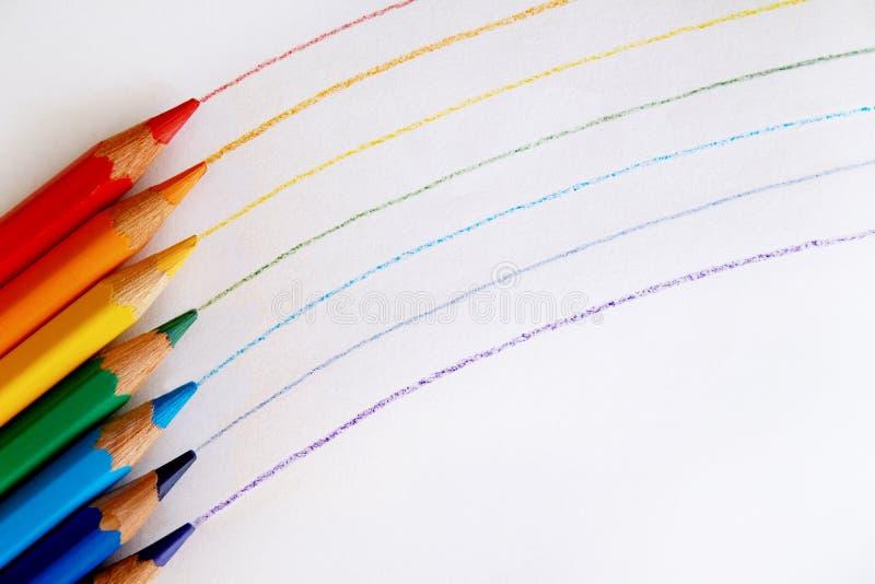 Ein Regenbogen, der mit Rotem, Orange, Gelbem, Grünem, Blauem, Indigo und Veilchen gezeichnet wurde, färbte Bleistifte lizenzfreie stockbilder