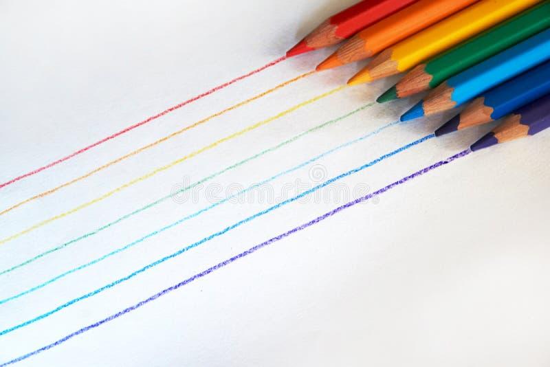 Ein Regenbogen, der mit Rotem, Orange, Gelbem, Grünem, Blauem, Indigo und Veilchen gezeichnet wurde, färbte Bleistifte lizenzfreie stockfotos