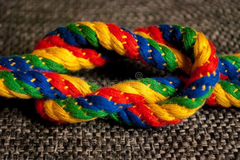 Ein Regenbogen farbiger Knoten stockfotos