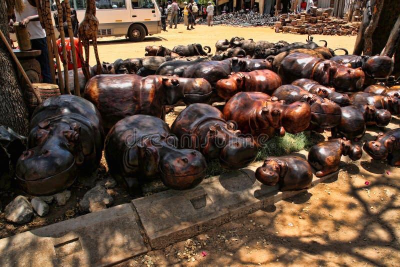 Ein reiches Angebot der Andenkens am Markt, Victoria Falls, Simbabwe stockbild