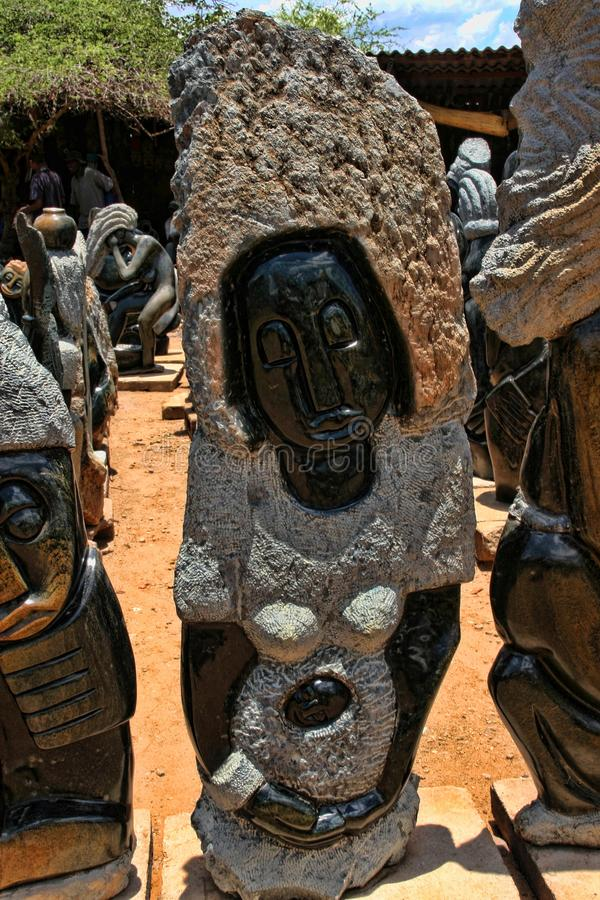 Ein reiches Angebot der Andenkens am Markt, Victoria Falls, Simbabwe lizenzfreie stockfotografie