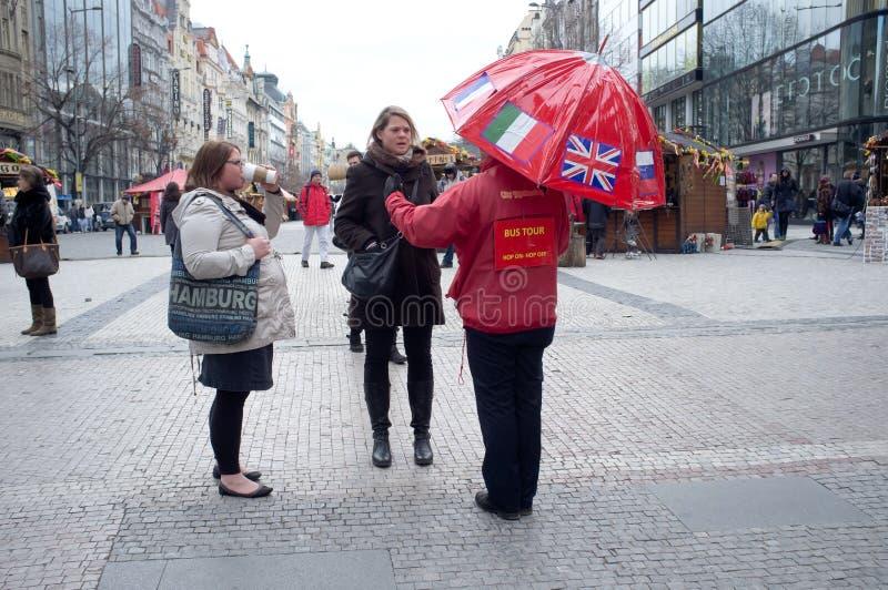Reiseführer in Prag stockbild