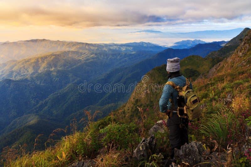 Ein Reisender auf Berg lizenzfreie stockbilder