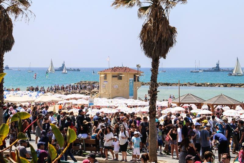 Ein reizendes Stadtbild von Leuten, von Meer, von Palmen und von blauem Himmel stockfoto