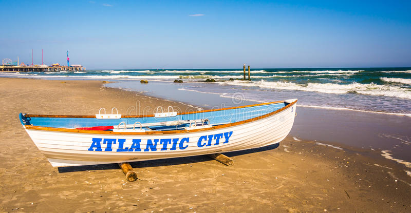 Ein Rettungsboot auf dem Strand in Atlantic City, New-Jersey stockfotografie