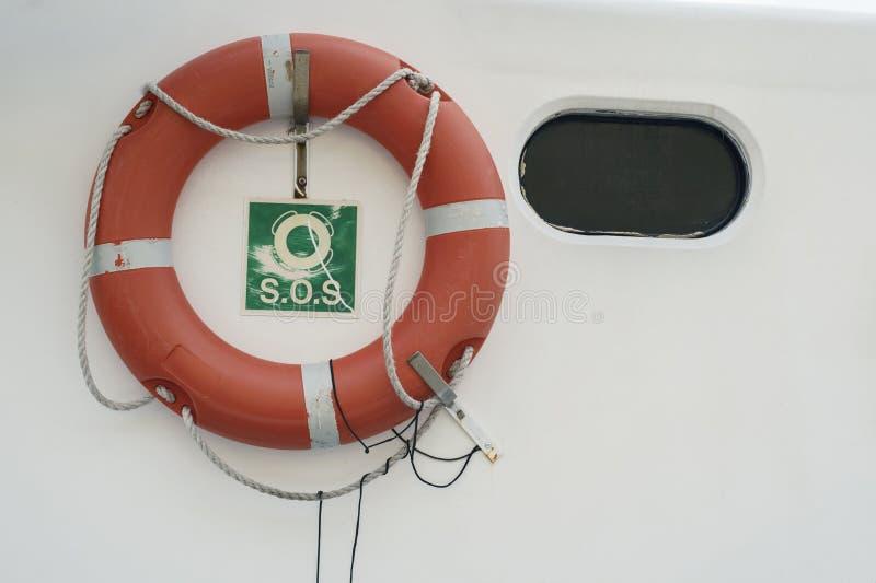 Ein Rettungsring, Rettungsring, Lifering, Lebendonut, Schwimmweste auf der weißen Wand des Bootes oder Yacht stockfotografie
