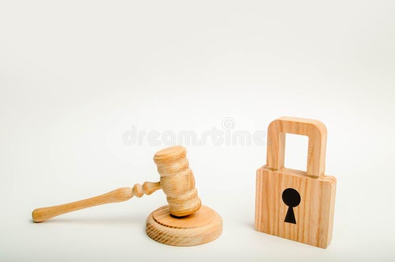 Ein Richter ` s Hammer und ein hölzerner Verschluss Annullierung von Bankgeheimhaltung Gerichts- und medizinische Geheimhaltung S stockfoto
