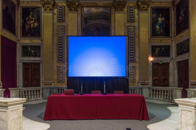 Ein riesiger leerer Projektionsschirm in einem Konferenzsaal lizenzfreie stockfotos