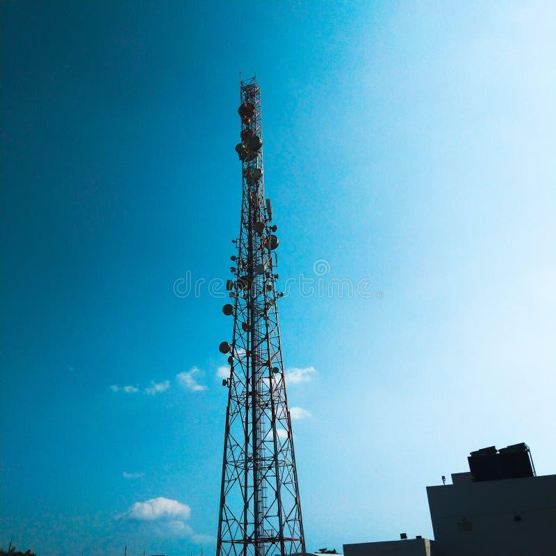 ein riesiges Turmsteigen hoch durch den Himmel stockbilder