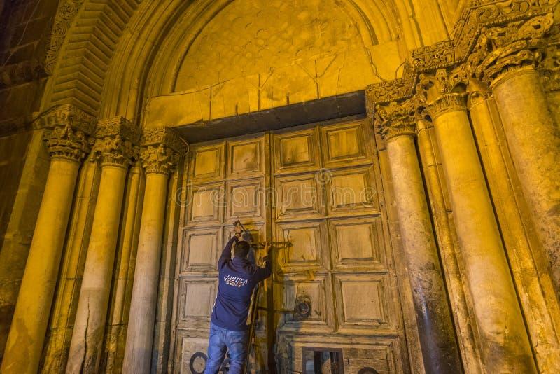 Ein Ritual von schließenden Türen der Kirche des heiligen Grabes, Jerusalem Israel stockbild