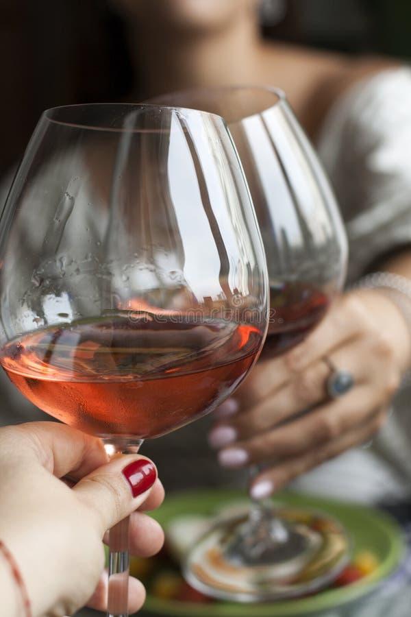 Ein romantisches dinnder f?r zwei: Gl?ser des Weins, des geschmackvollen und nahrhaften Abendessens stockfotografie