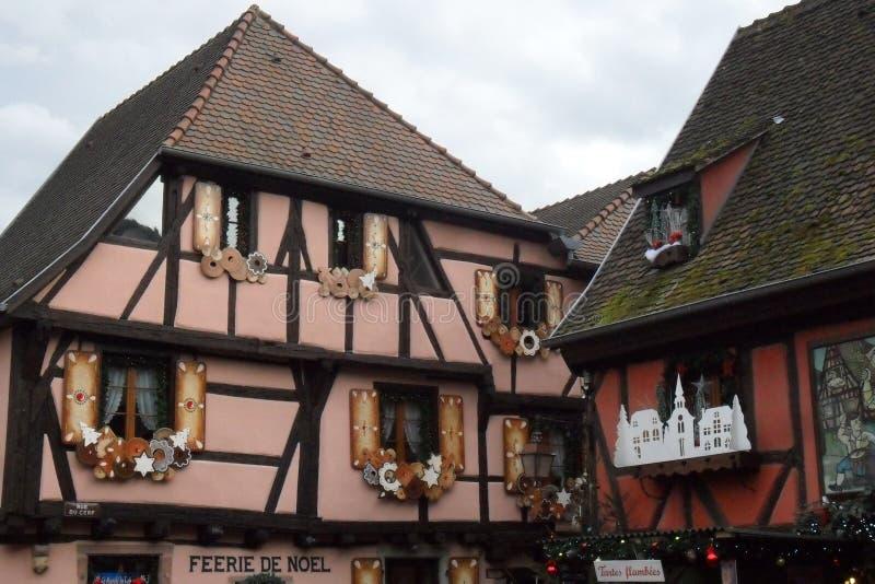 Ein Rosa Bauholz-gestaltete Haus in Ribeauvillé in Frankreich stockfotografie
