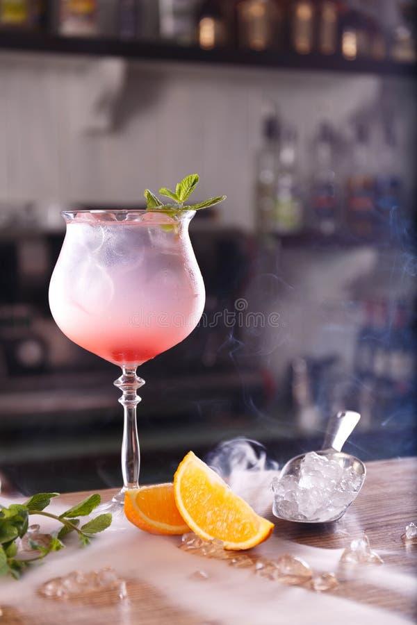 Ein rosa coctail auf einem Stangenzähler stockfoto