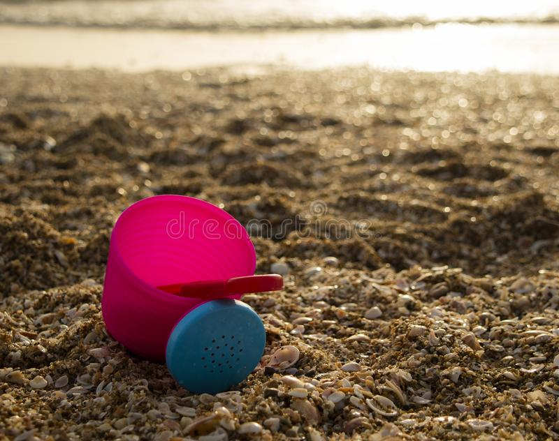 Ein rosa Eimer am Strand lizenzfreies stockfoto