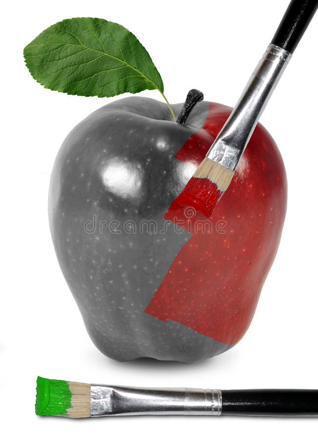 Ein roter Apfel erhält seine Farbe mit einem Pinsel stockbild