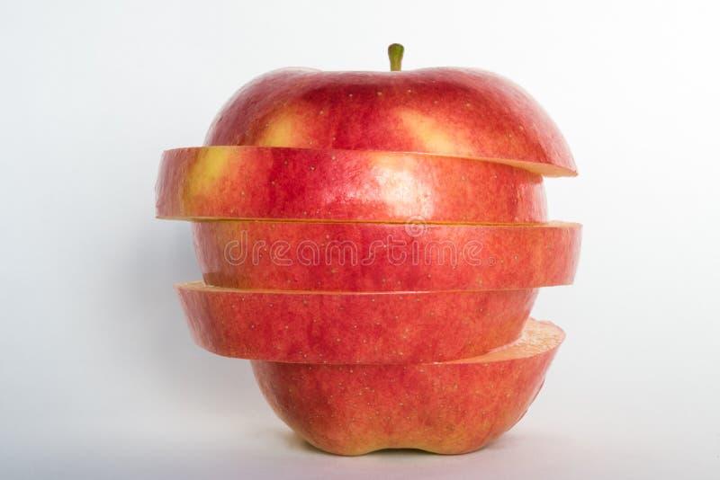 Ein roter Apfel geschnitten und gestapelt lizenzfreies stockfoto