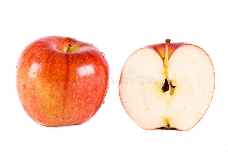 Ein roter Apfel und eine Hälfte lizenzfreie stockfotos