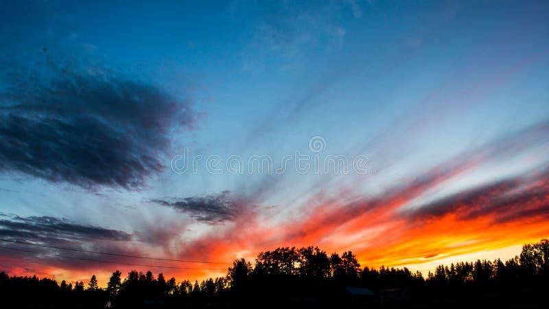 Ein roter Sonnenuntergang in Schweden lizenzfreie stockfotos