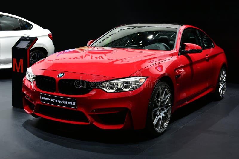Ein rotes Auto BMWs M4 lizenzfreie stockfotografie