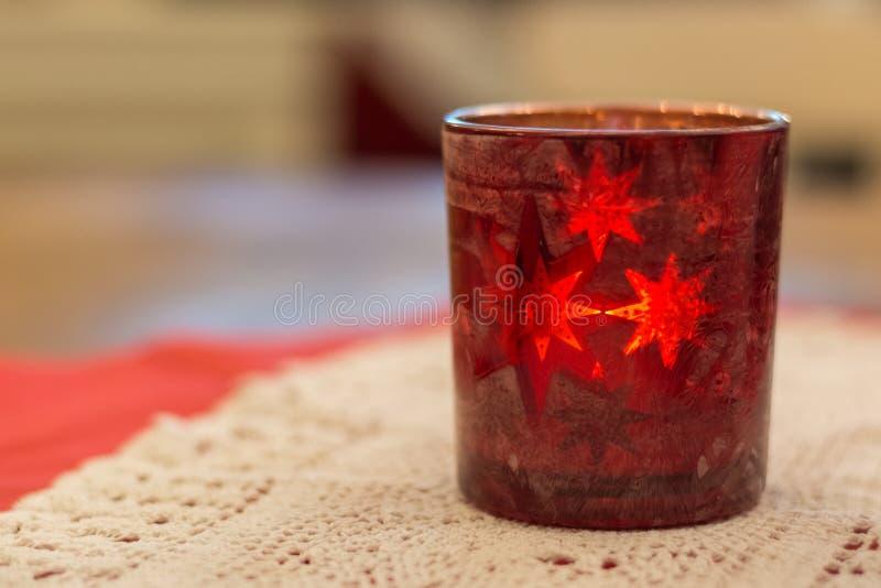 Download Ein Rotes Teelichtglas Auf Einer Tabelle Stockbild - Bild von romanze, tabelle: 106802447