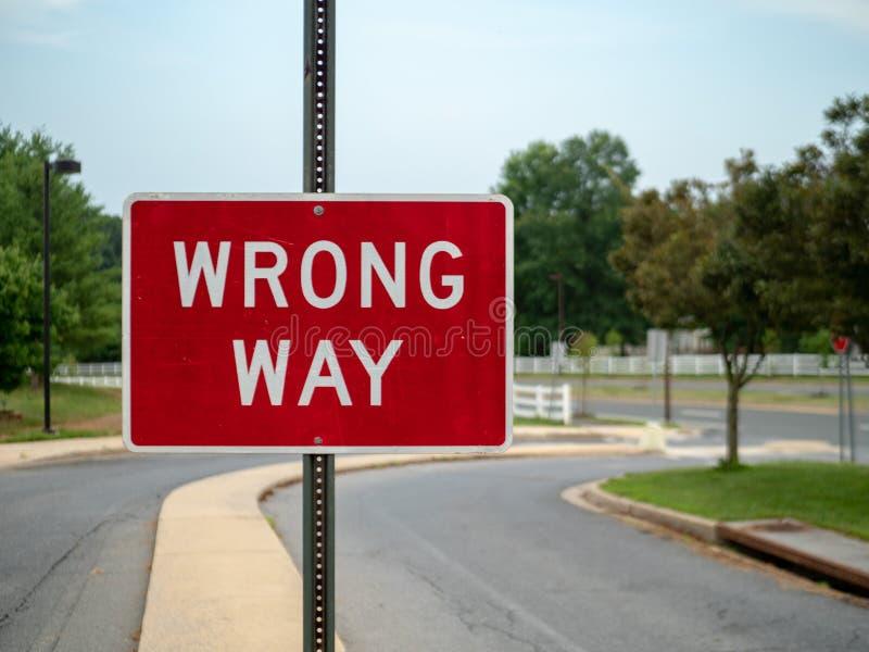 Ein rotes Zeichen der falschen Weise an einer lokalen Nachbarschaftsfahrstraße mit Raum rechts lizenzfreie stockfotografie