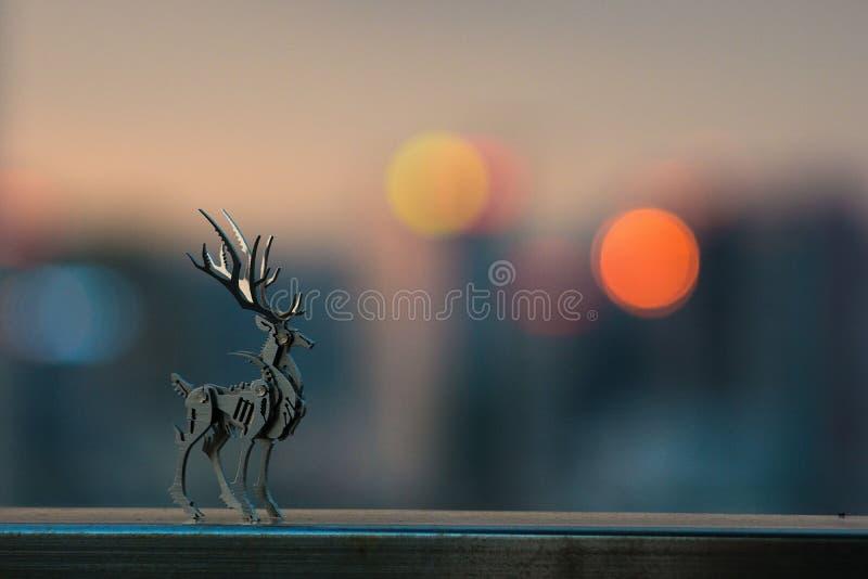 Ein Rotwildmodell und das Licht der Stadt stockfoto