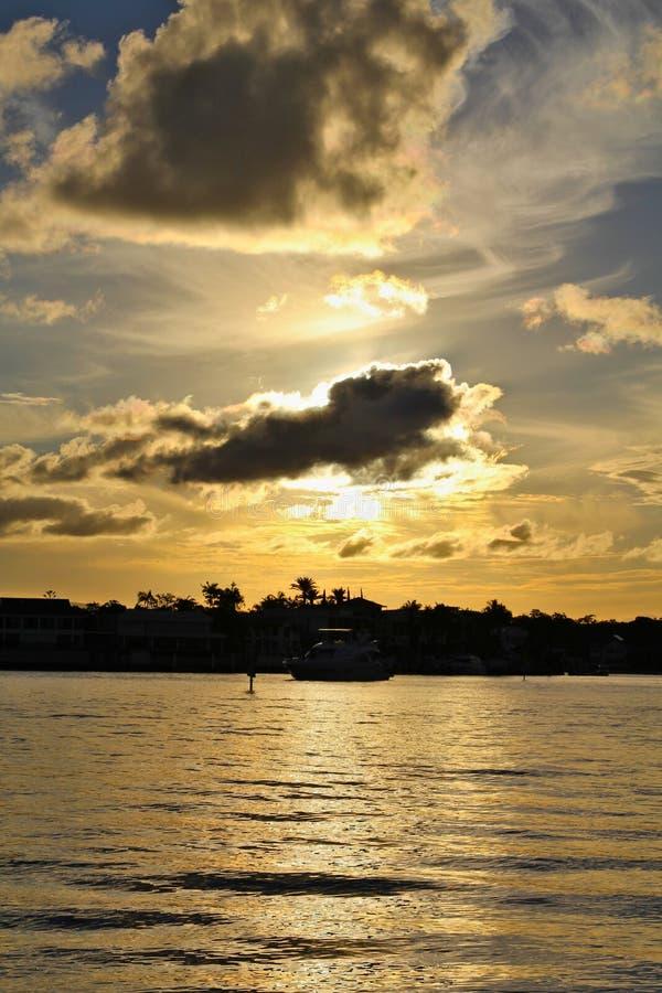 Ein ruhiger, schöner, australischer Sonnenuntergang lizenzfreies stockbild