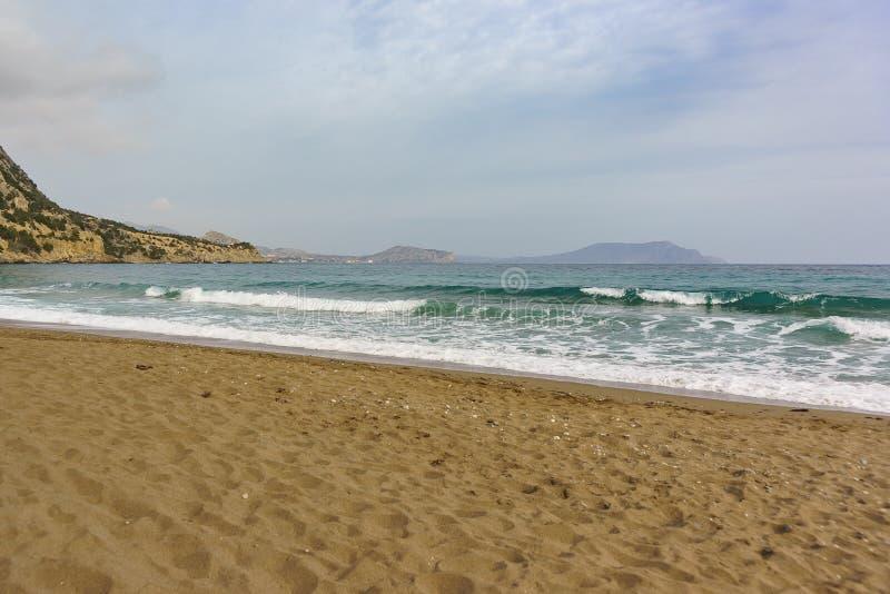 Ein ruhiger See ist schöne Smaragdfarbe und der sandige Strand Krim in der Nachsaison stockbild